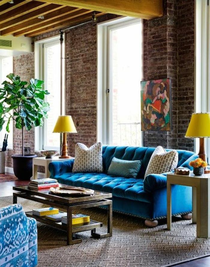 meuble baroque canapé bleu tapissé avec deux lampadaires jaunes de coté
