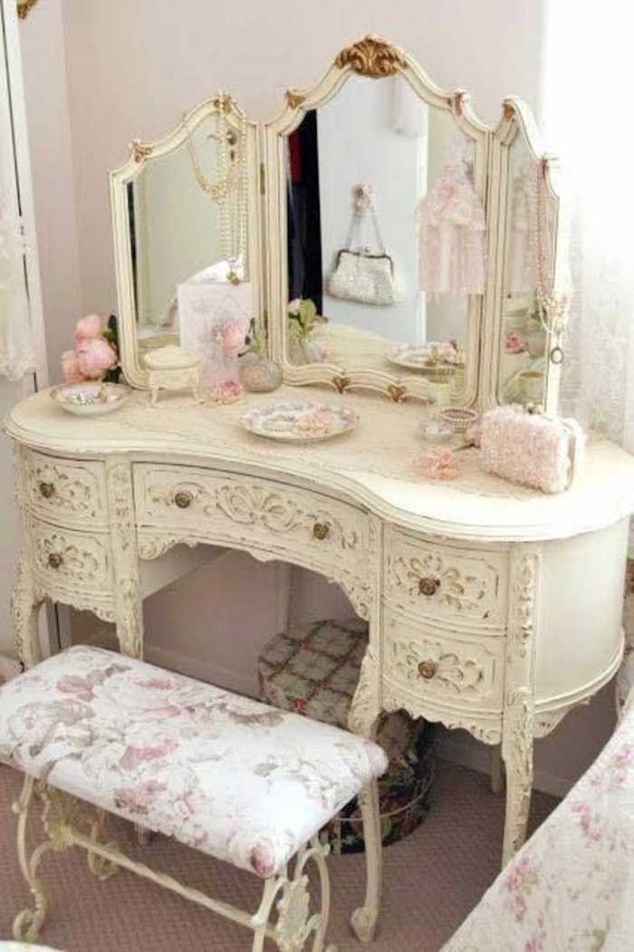 meubles baroque coiffeuse blanche avec un grand miroir aux volets avec tabouret tapissé en blanc et roses de jardin