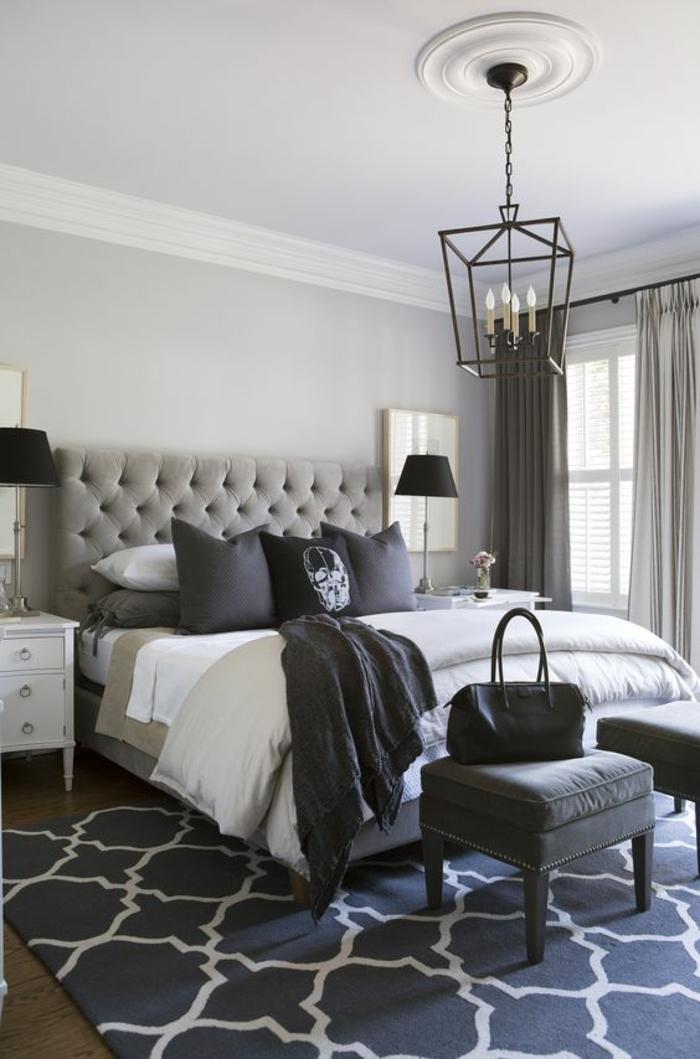 meubles baroque lustre chandelier en fer forgé sur un lit au grand dossier tapissé en gris clair