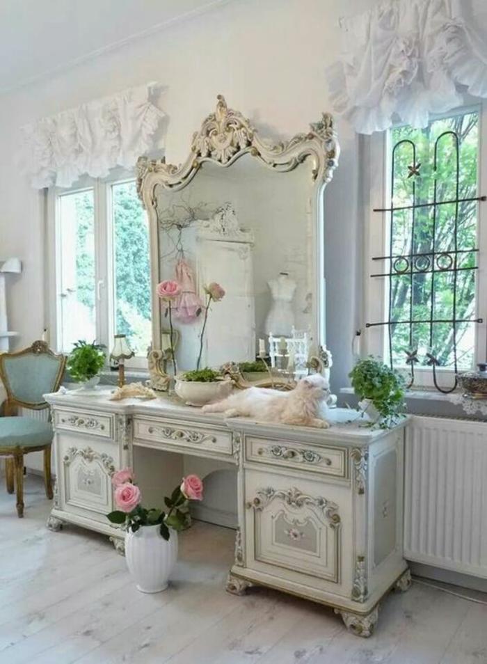 meuble baroc grande coiffeuse blanche miroir aux éléments décoratifs ondulants