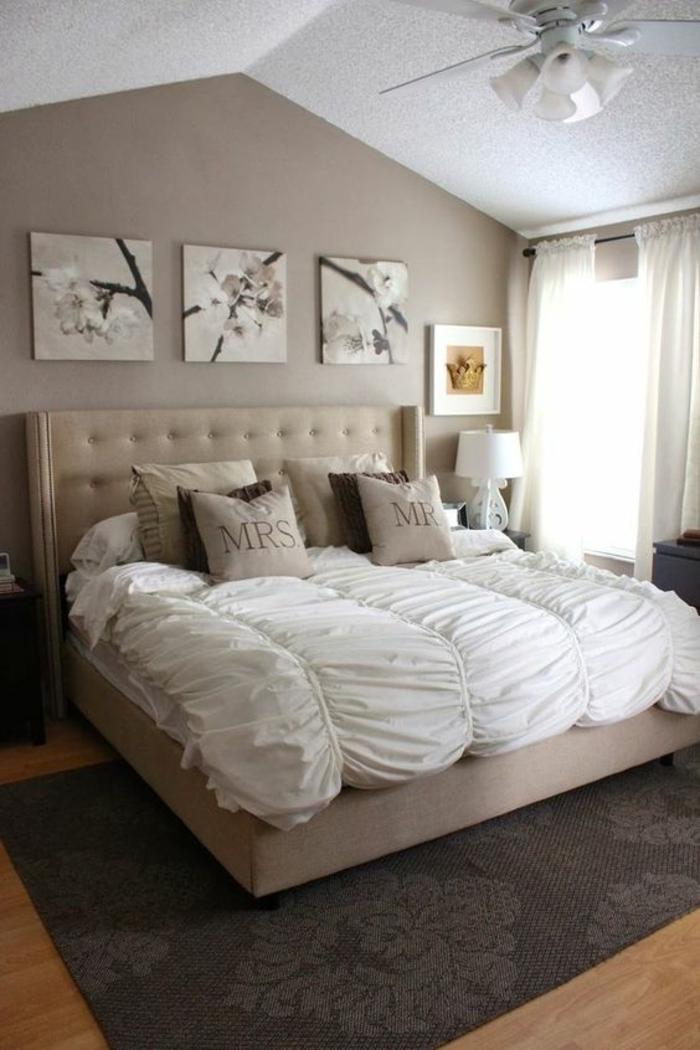 meubles baroque grand lit avec ciouverture blanche drapée et trois panneaux décoratifs au dessus du lit