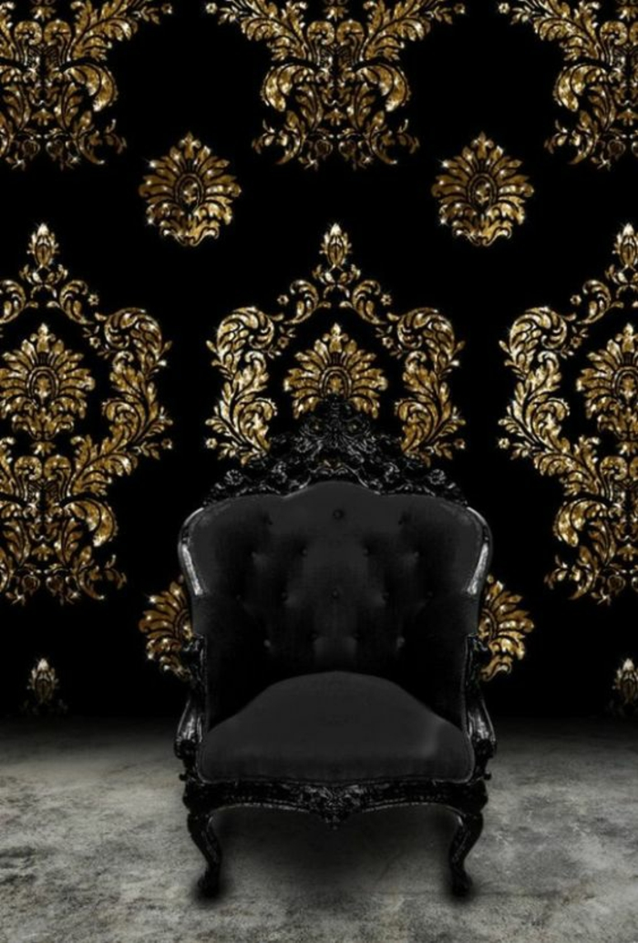 meuble baroc fauteuil noir sur fond de papier peint en noir avec ornements en forme de fleurs de lys