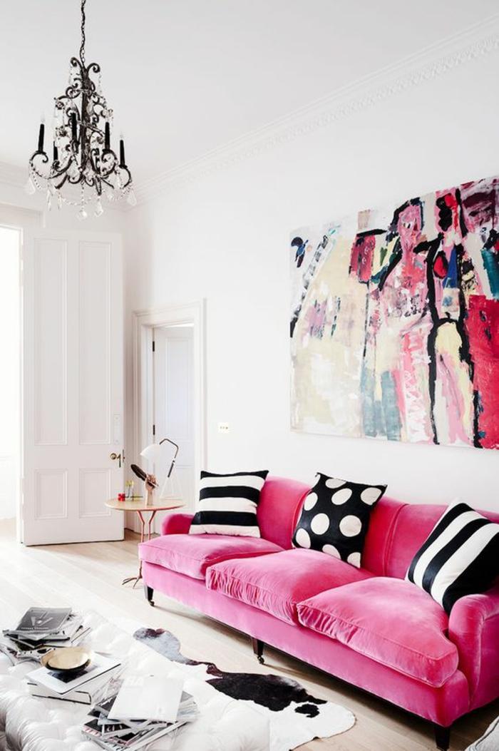 baroque mobilier canapé en rose lustre à pampilles chandelier noir tableau au mur coloré en couleurs vives