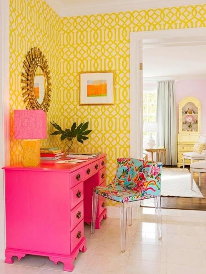 meuble baroc en fuchsia avec lampadaire en fuchsia miroir soleil murs jaunes aux motifs graphiques