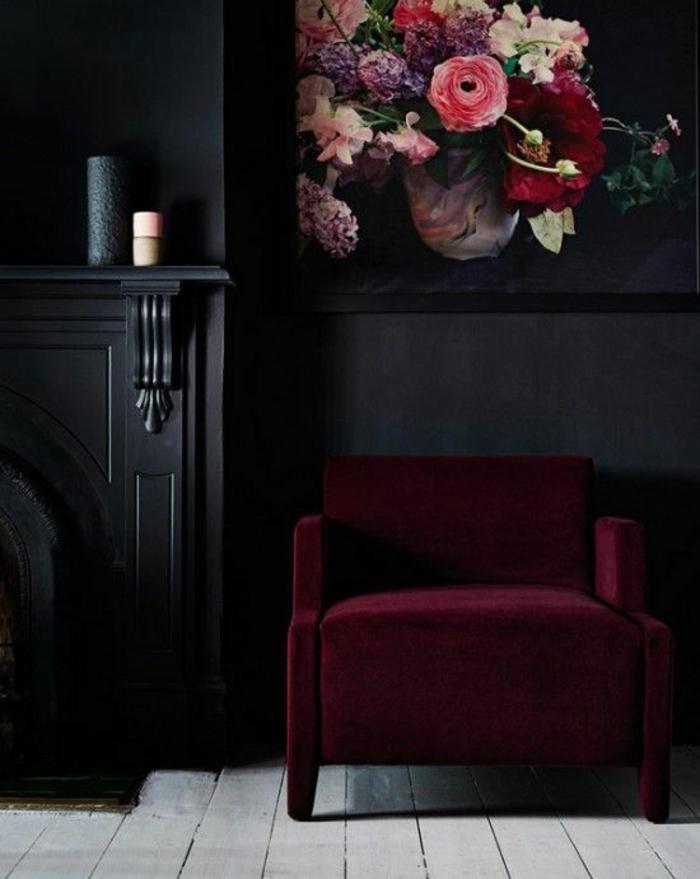 meuble baroc fauteuil en vermeil avec des accoudoirs en tissu tableau avec des fleurs au dessus