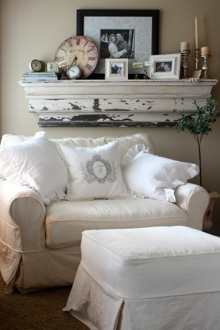 meuble baroc grand fauteuil confortable et tabouret blancs ambiance shabby chic