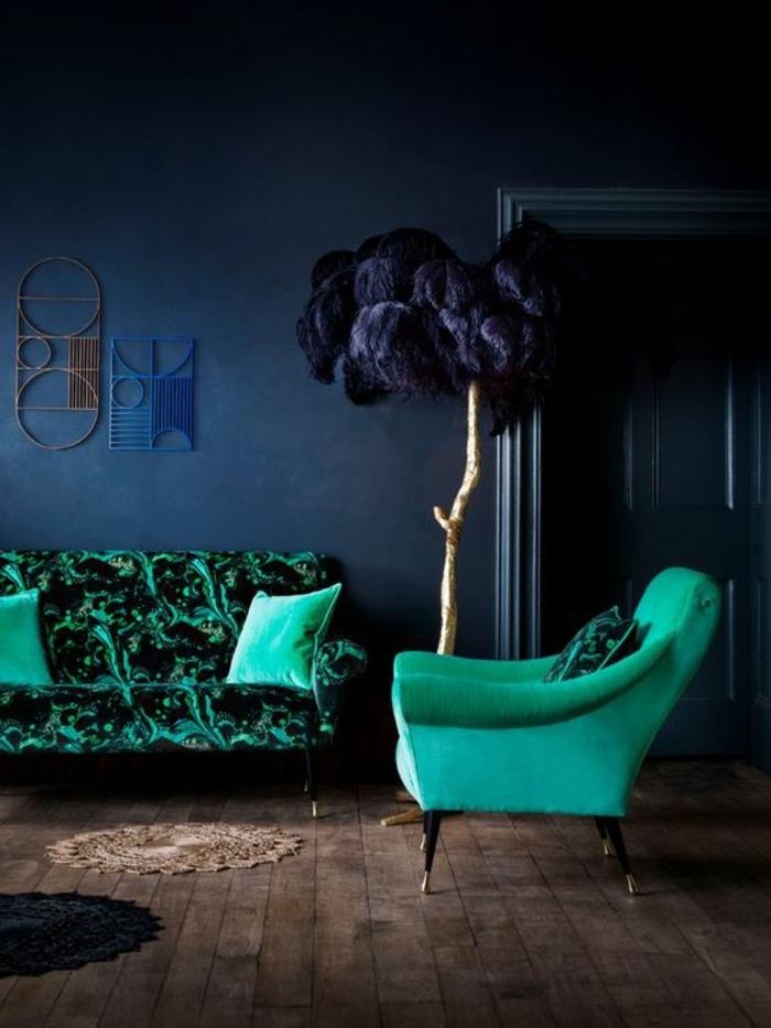 meuble style baroque canapé avec des fauteuils verts dans un intérieur aux murs bleu océan
