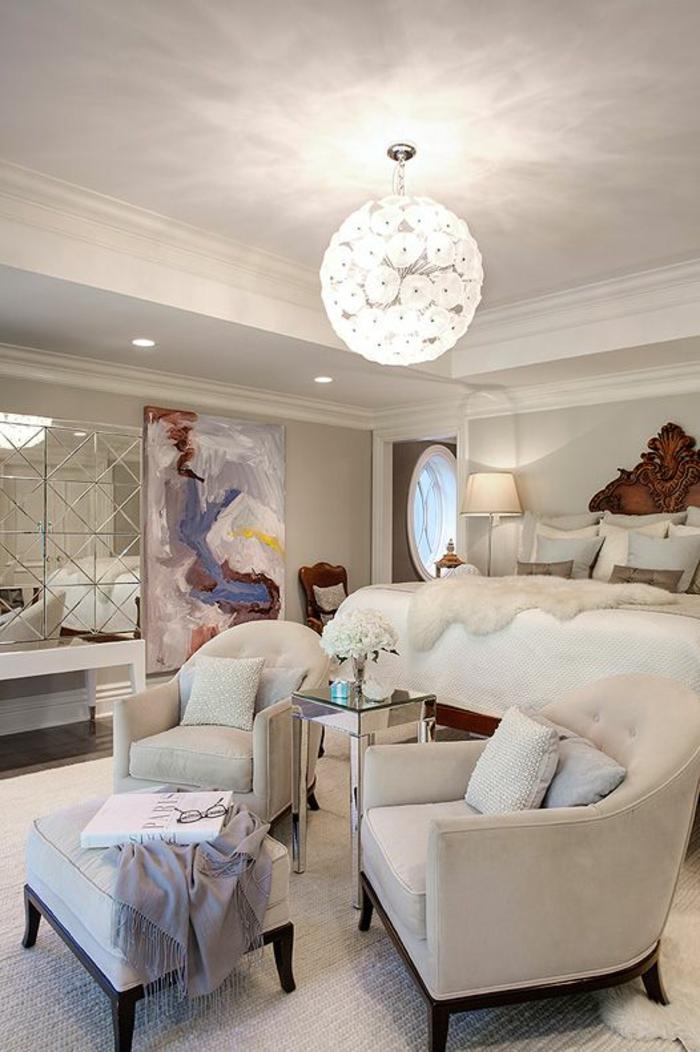 meuble style baroque couleur crème avec lampadaire rond aux motifs fleurs