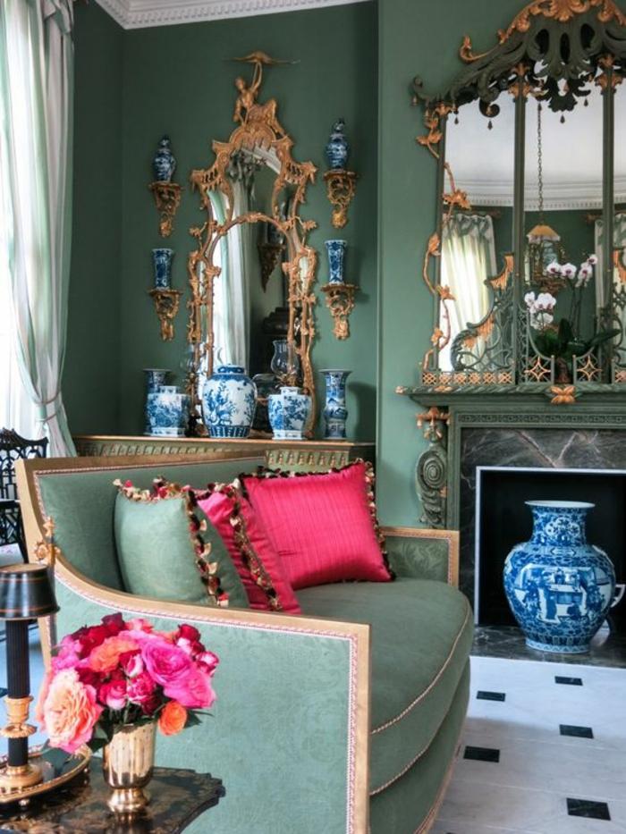 meuble style baroque canapé vert pistache aux accoudoirs et au dossier dorés