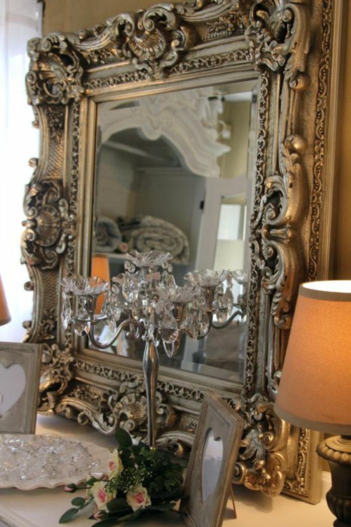 buffet baroque miroir aux ornements riches rococò chandelier avec des gouttelettes de crystal