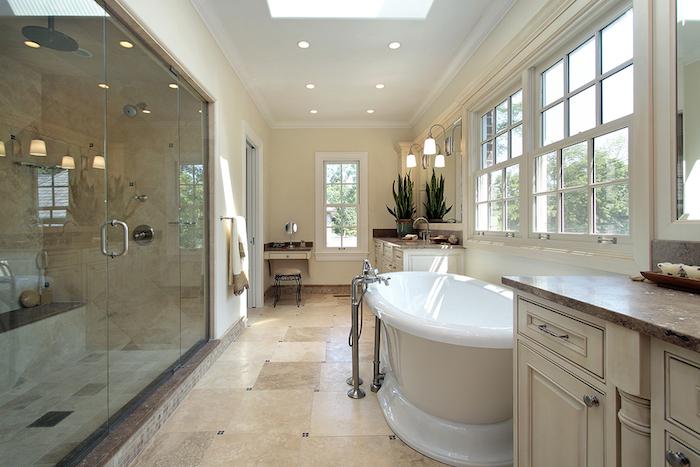decoration salle de bain, dallage beige, comptoir marron, fenêtre de plafond, tabouret avec pieds en fer
