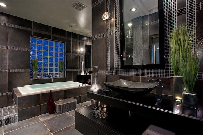 decoration salle de bain, végétation, dallage noir, baignoire, vase rouge, éclairage led, idee salle de bain