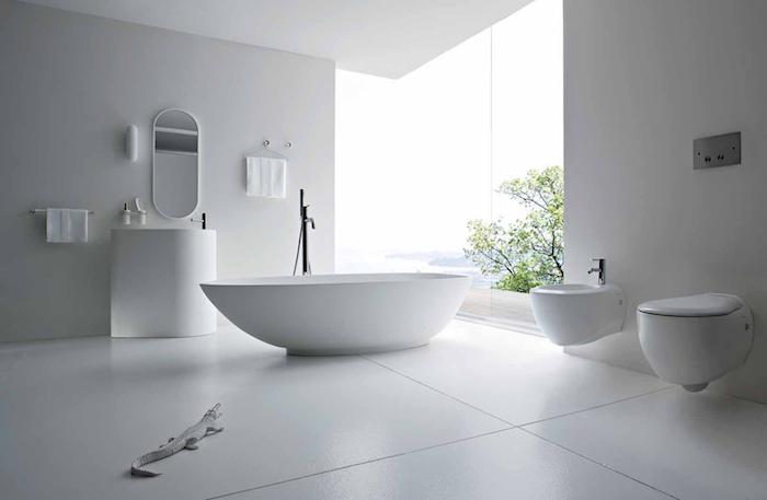 deco salle de bain, vue sur la mer, arbres, baignoire blanche, dallage blanc, plafond blanc, salle de bain blanche