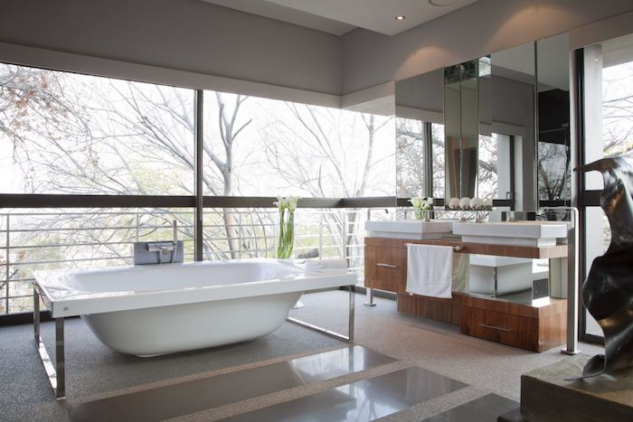 decoration salle de bain, vue sur la terrasse, porte-serviette, miroir rectangulaire, idee salle de bain