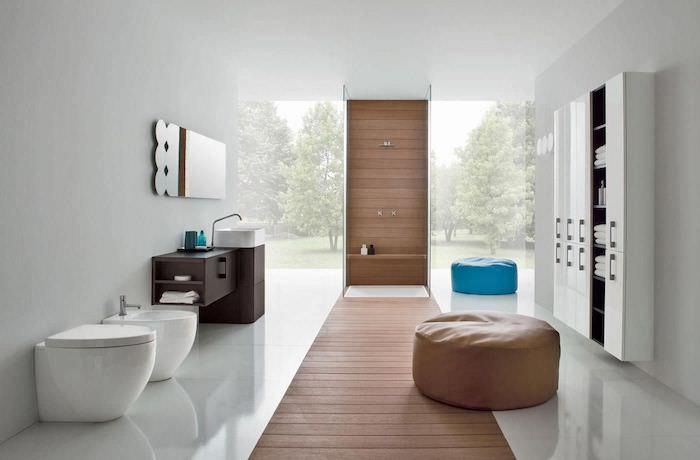 salle de bain moderne, cuvette wc blanche, pouf bleu, garde-robe blanche, plafond blanc