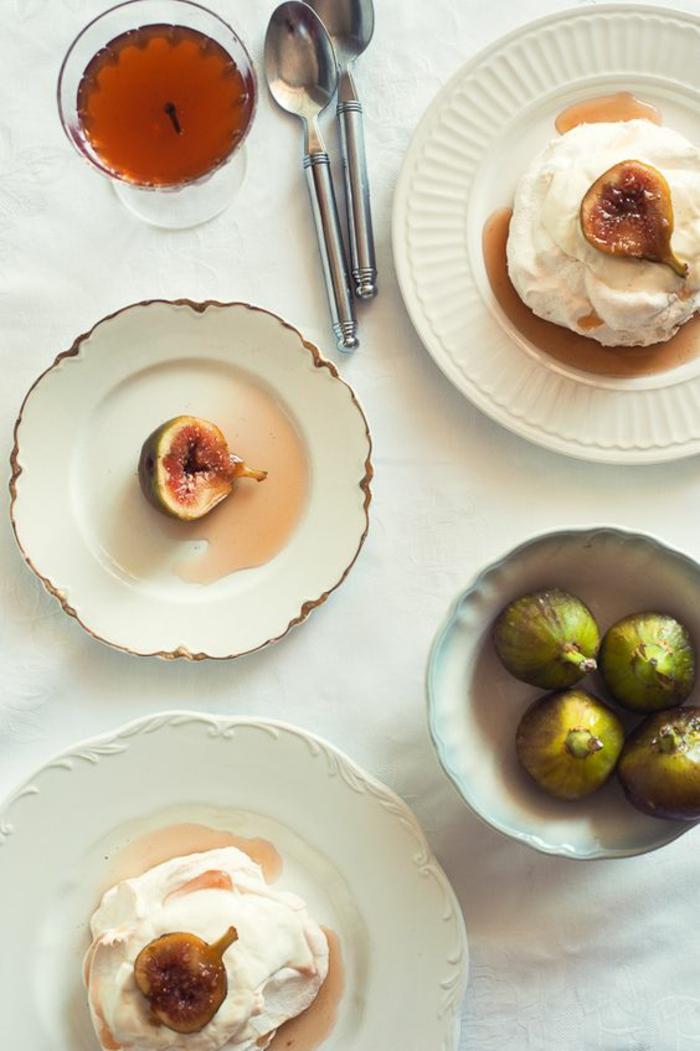 mini dessert australien à base meringuée, des disques meringuées aux poires pochées