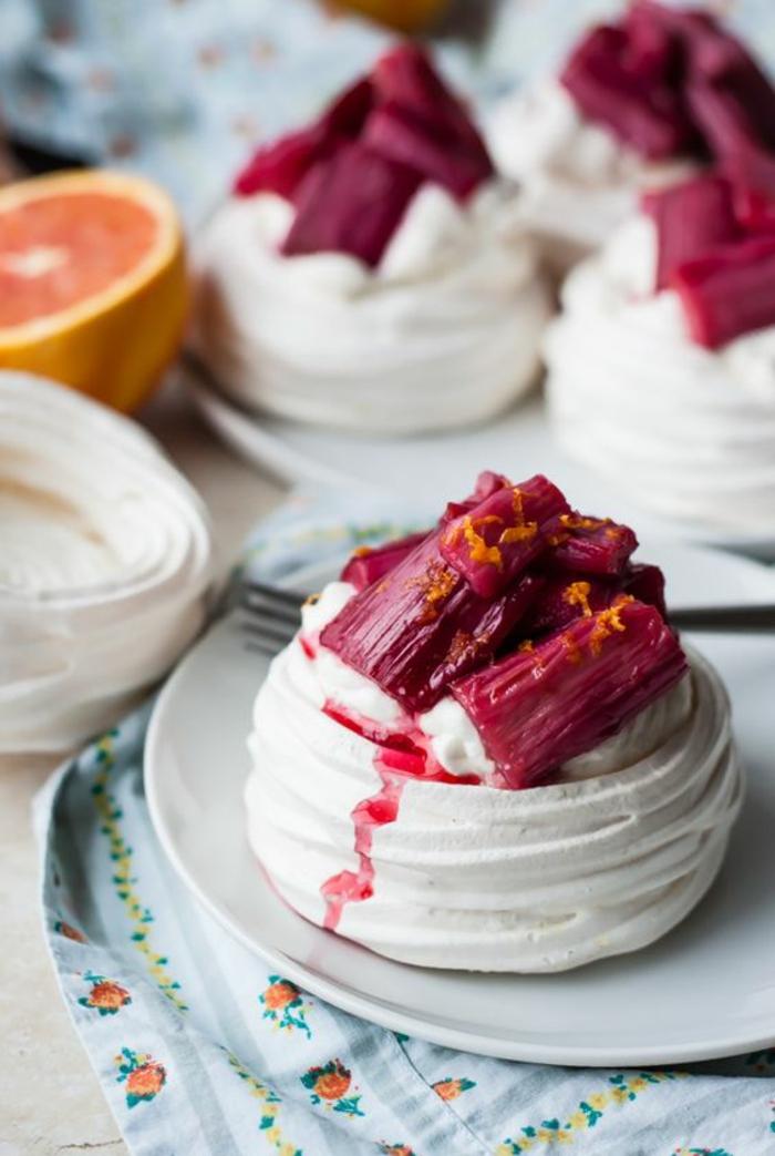recette de pavlova originale à la rhubarbe rôtie nappée de crème fouettée à la vanille