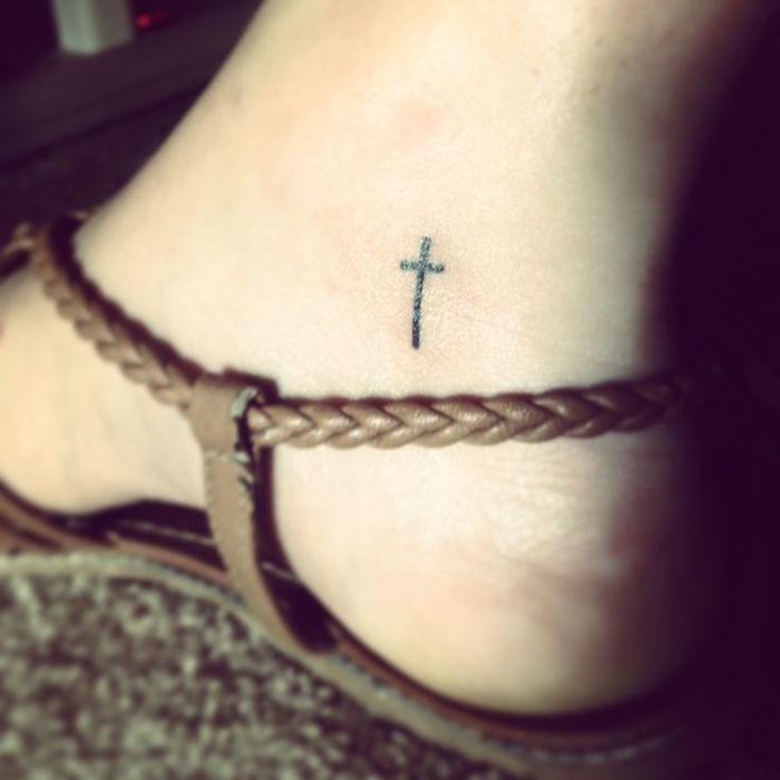 tatouage sur cheville crois chretien idée mini tattoo de pied