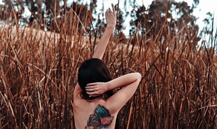 modele tatouage femme coloré à design poétique, tatouage aquarelle composé de trois roses et une cage d'oiseau
