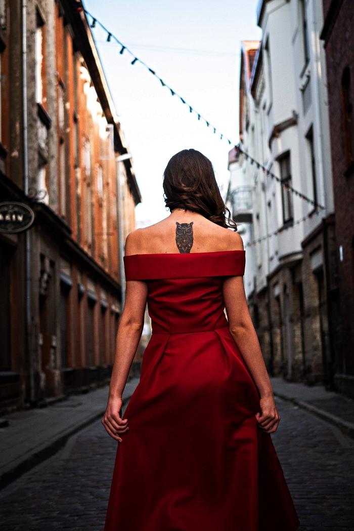 tatouage dos femme entre les deux omoplates, tattoo hibou sur le dos, modèle de tatouage pour femme sur le dos