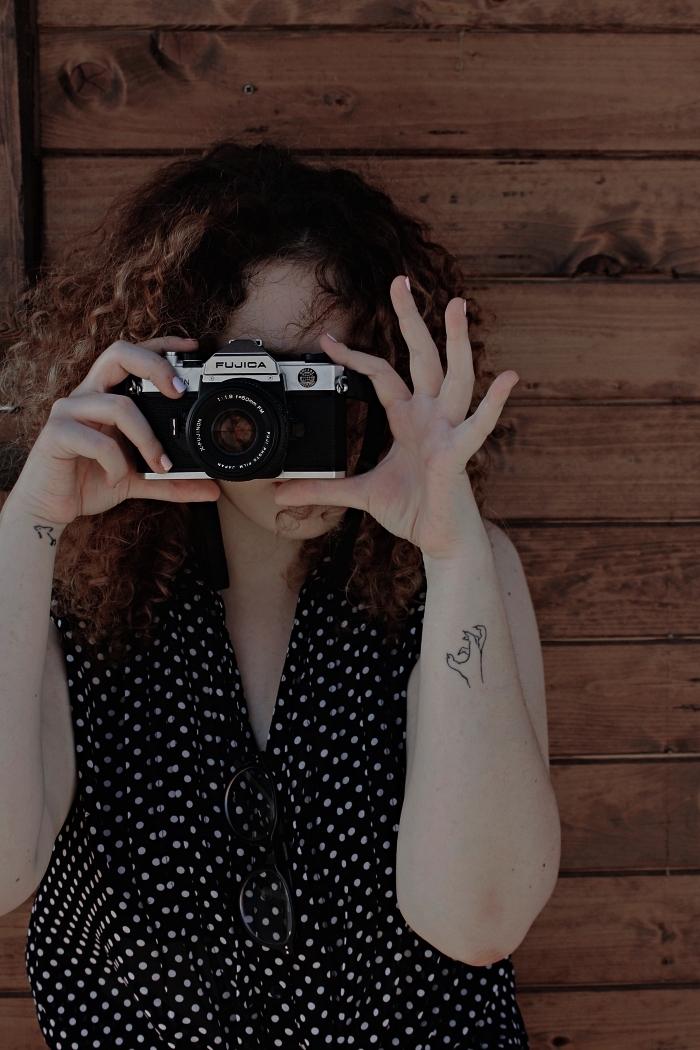tatouage minimaliste main en griffe sur le côté de l'avant-bras, tattoo petit dauphin discret à la base de la main