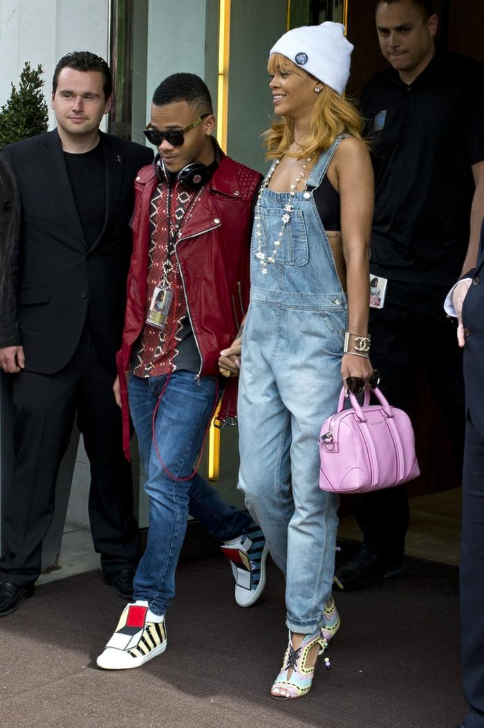 Que porter avec une salopette salopette en jean noir le style de Rihanna