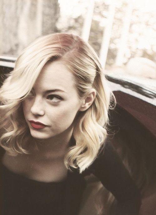 idée de coiffure vintage, carré plongeant ondulé avec des boucles romantiques, cheveux blond platine
