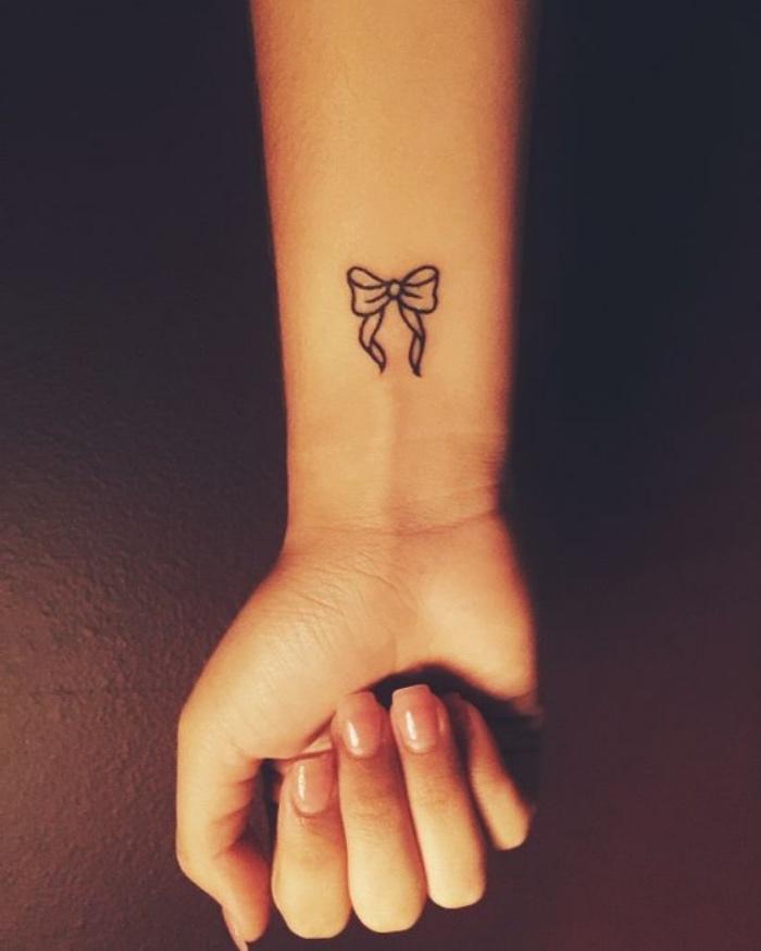 petit tatouage femme bras, un ruban aux contours graphiques, idée de dessin sur peau charmant