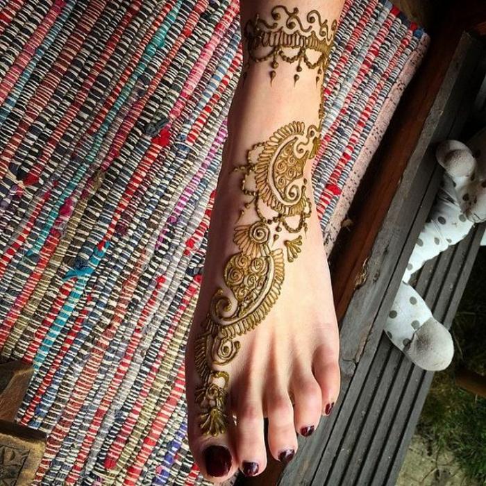 modele henné, tatouages temporels, couleur vert doré, vernis à ongles rouge
