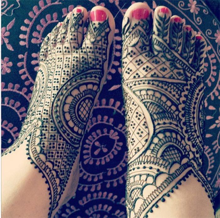 modele henné, figures géométriques sur les pieds, vernis à ongles rouge,