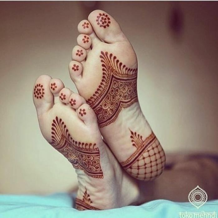 modele henné, figures ethniques sur la plante du pied dessinées avec henné orange