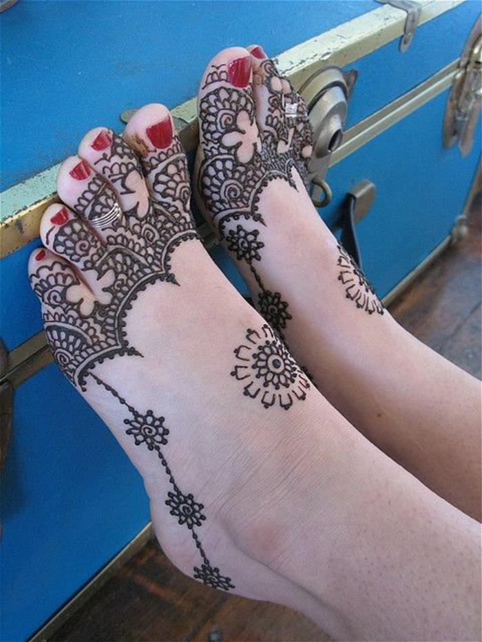 modele henné, formes végétales dessinées sur les pieds d'une jeune femme
