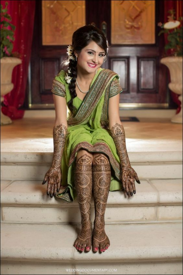 modele henné, fille habillée pour le jour de l'henné en robe verte et tatouée aux pieds et aux bras