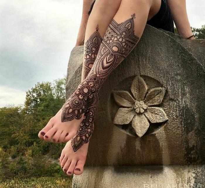 modele henné, grand tatouage avec éléments architectureaux paraissant comme une botte
