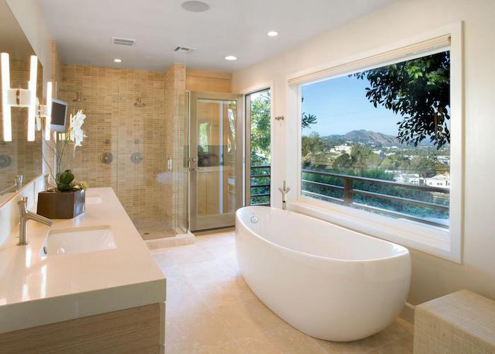 decoration salle de bain, dallage beige, baignoire blanche, porte sur la terrasse, plafond blanc
