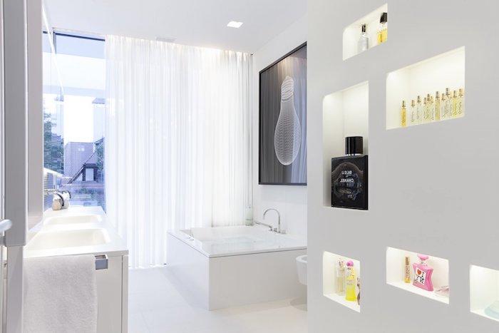 idee salle de bain, jacuzzi blanc, serviette blanche, fenêtre surdimensionnée, decoration salle de bain