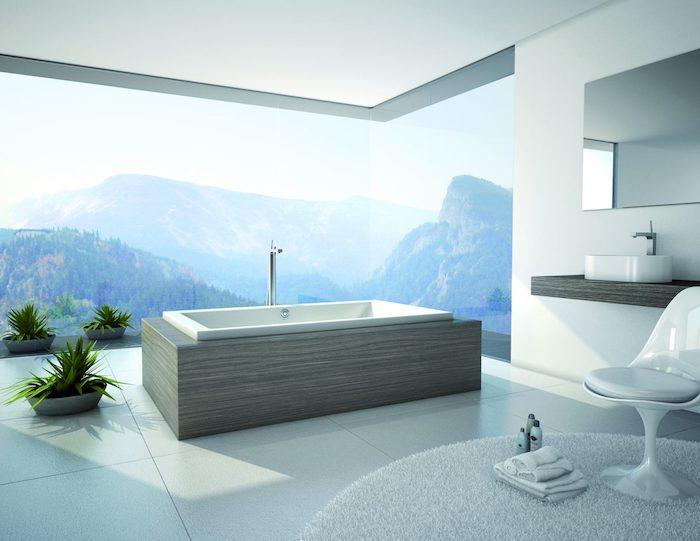 decoration salle de bain, dallage blanc, tapis moelleux, housse de chaise blanche, comptoir en bois