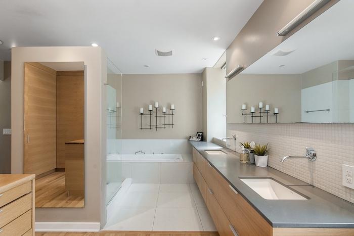 idee salle de bain, dallage blanc, meubles en bois, éclairage led, plafond blanc, paroi en verre