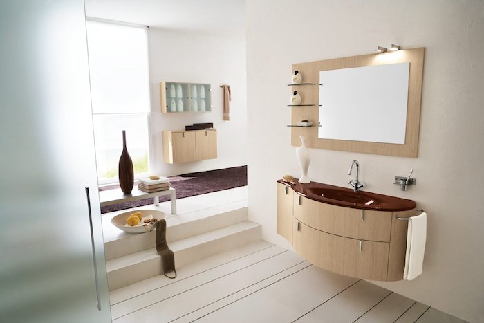 salle de bain moderne, vase marron, banc en bois, bol aux fruits, étagère murale en bois, tapis en velours