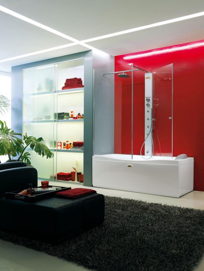 salle de bain moderne fauteuil noir tapis en faux fur noir mur rouge - Salle De Bain Rouge 2017