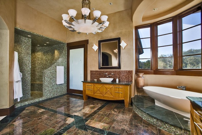 salle de bain design, couleurs neutres, miroir avec cadre noir, dallage marron, baignoire ovale