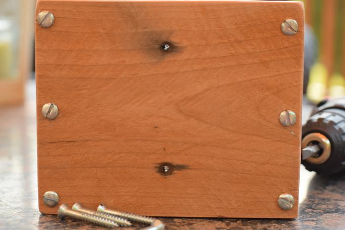 assembler des planches en bois à l aide de vis à bois pour pour fabriquer un bac a fleur en palette, idée de jardiniere classique