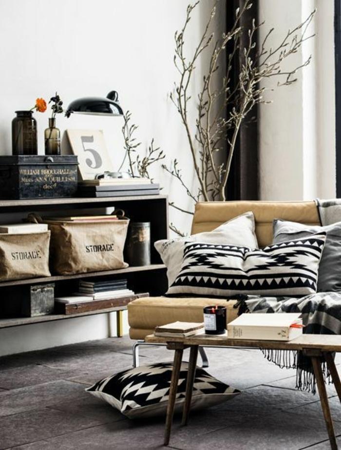 coussins à motif aztèque, sofa beige, petite table en bois, rangement en boîtes
