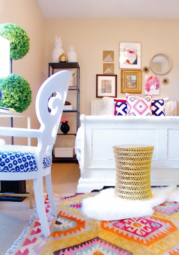motif azteque, chambre en couleurs claires, coussins avec motifs géométriques en couleurs pastels