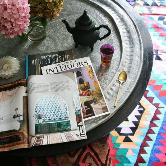 motif azteque, plateau marocain, fleurs, magazines, imprimés géométriques sur le tapis
