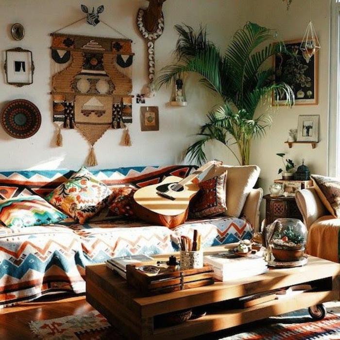 motif azteque, coussins géométriques, table en bois, décoration murale ethnique