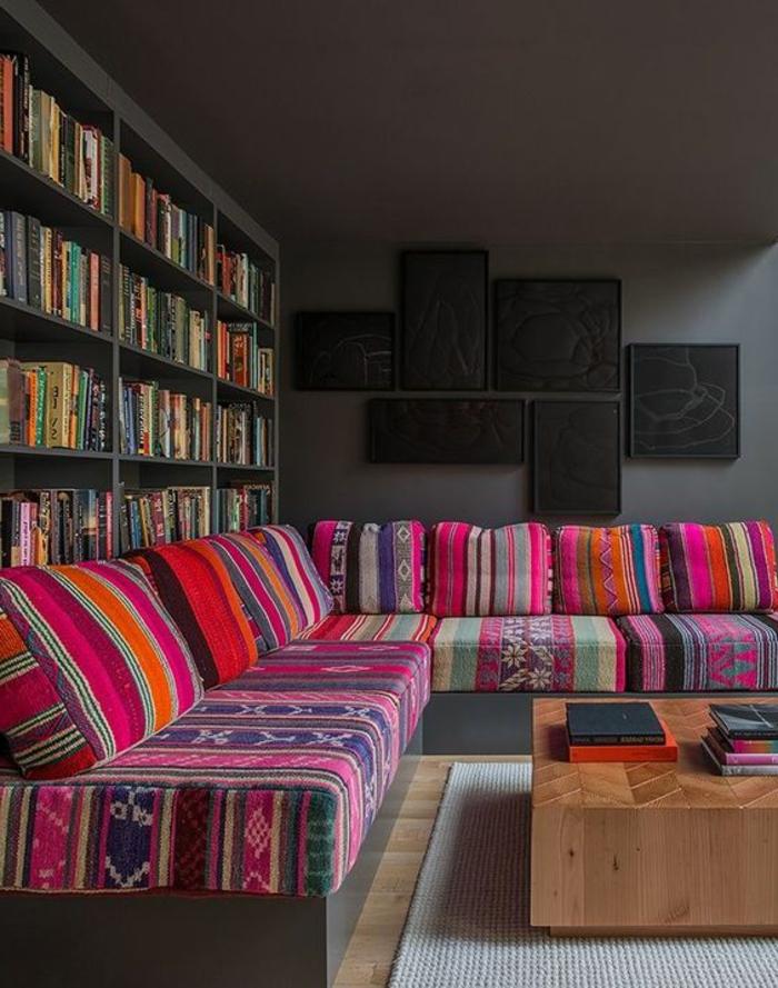 motif azteque, table en bois carrée, sofas avec grands matelas ethniques, grande bibliothèque
