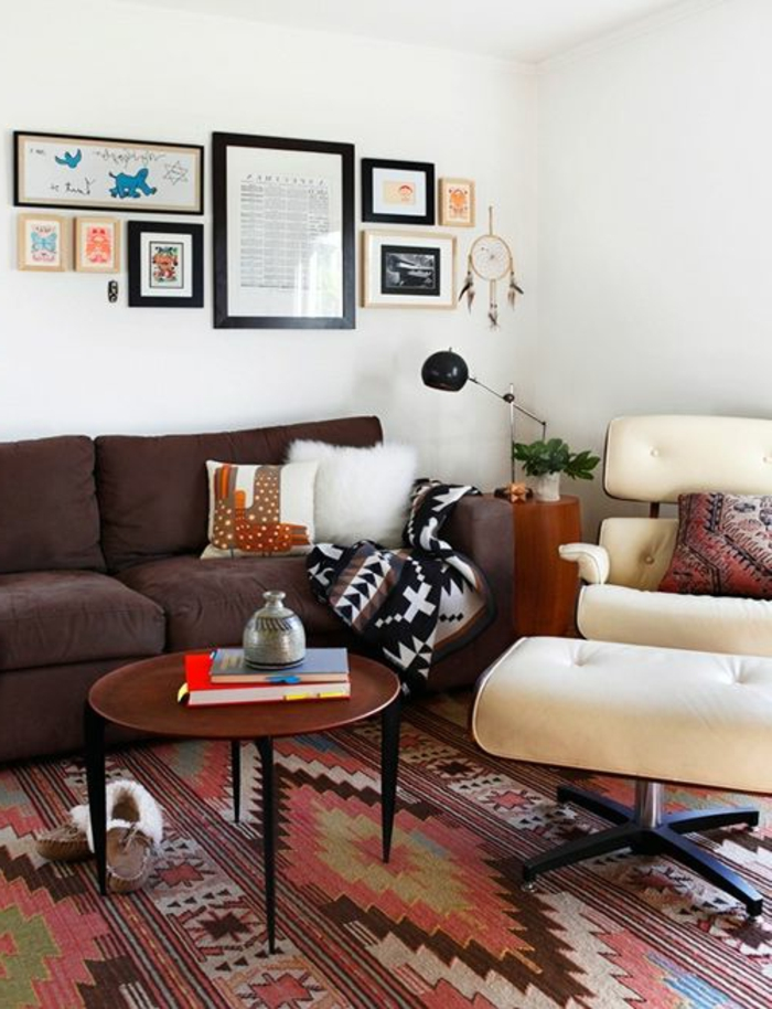 motif azteque, table ronde en bois, chaise ergonomique couleur crème