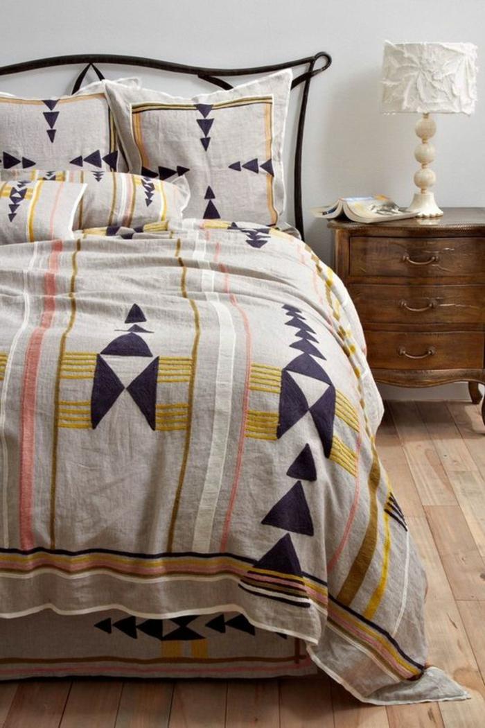 motifs aztèques, chambre à coucher ethnique chic, petit chevet avec tiroirs