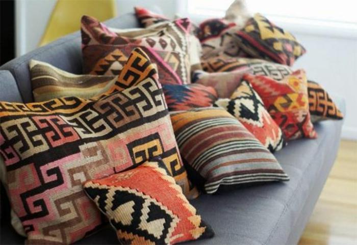 motifs aztèques, coussins ethniques multicolores, sofa gris, décoration style boho